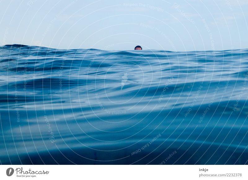 hinterm Horizont gehts weiter Mensch Himmel Ferien & Urlaub & Reisen blau Sommer Wasser Meer Ferne Umwelt klein Kopf Schwimmen & Baden Freizeit & Hobby Wellen