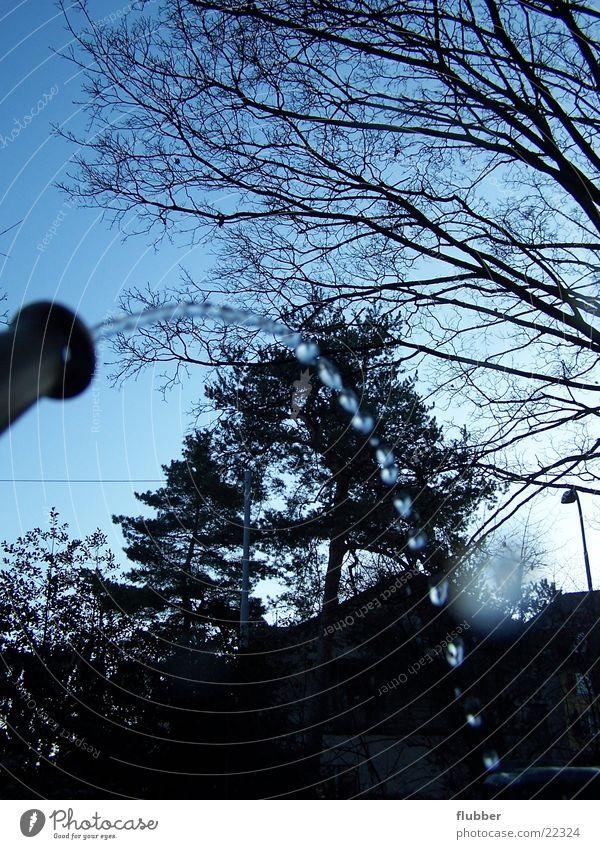 tropfen Brunnen fließen Baum Winter kalt Wasserfontäne Strahlung Dinge Wassertropfen tropfenkette Kontrast blau Bogen Wasserhahn