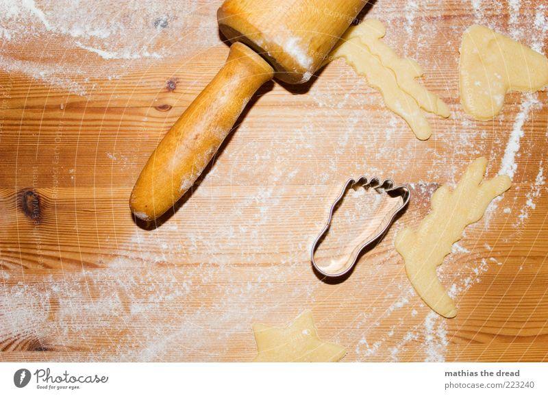 WEIHNACHTSBÄCKEREI Lebensmittel Teigwaren Backwaren Kuchen Süßwaren Ernährung Duft genießen Plätzchen Weihnachtsgebäck Mehl Nudelholz ausrollen stechen Fuß