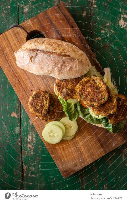 noch einmal schnell stärken Lebensmittel Gemüse Salat Salatbeilage Brötchen Gurke Salatblatt Falafel Ernährung Essen Bioprodukte Vegetarische Ernährung Diät