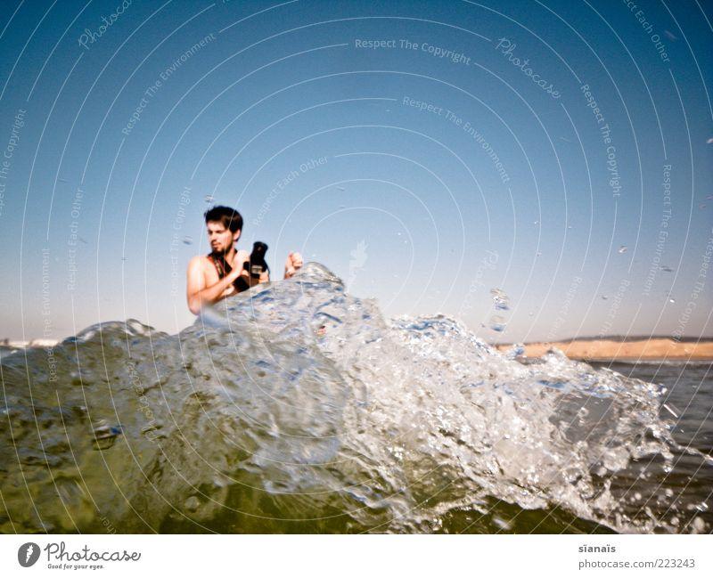 ungeschützter verkehr Mensch Mann Wasser Jugendliche Ferien & Urlaub & Reisen Meer Erwachsene Wellen Angst Freizeit & Hobby Tourismus maskulin Schwimmen & Baden gefährlich Urelemente Fotokamera