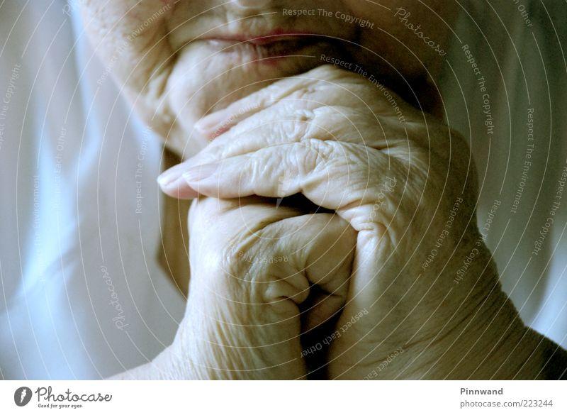 amen Mensch Frau alt Hand Gesicht Erwachsene Leben Senior Kopf Traurigkeit Mund Haut natürlich Finger Hoffnung Trauer
