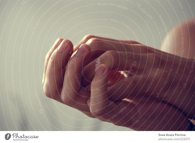 geborgen. Hand Gefühle Traurigkeit Denken hell Zufriedenheit Haut Finger authentisch natürlich weich festhalten Konzentration berühren Schulter bescheiden