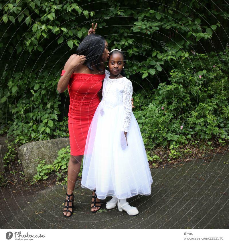 . Frau Mensch schön Baum Freude Mädchen Erwachsene Leben feminin Zusammensein Park elegant stehen Kreativität Erfolg beobachten