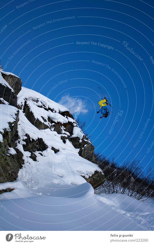 backflippin Mensch Mann Winter Freude Erwachsene gelb Schnee Sport Berge u. Gebirge Glück springen Stil Felsen fliegen maskulin Skifahren