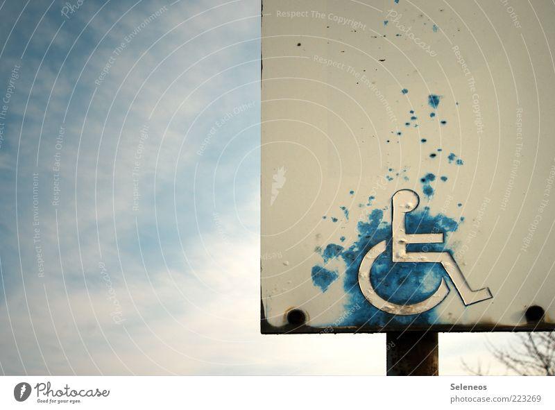 Hinweis Himmel Wetter Verkehr Personenverkehr Zeichen Schilder & Markierungen Verkehrszeichen alt Parkplatz Parkplatzsuche Behindertengerecht Rost Farbfoto