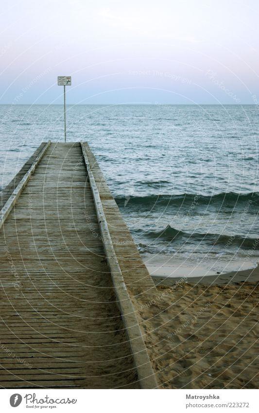 NO! springen Himmel Wasser Sommer Strand Meer Ferien & Urlaub & Reisen Ferne Sand Küste Wellen Horizont Schilder & Markierungen Fußspur Steg Anlegestelle