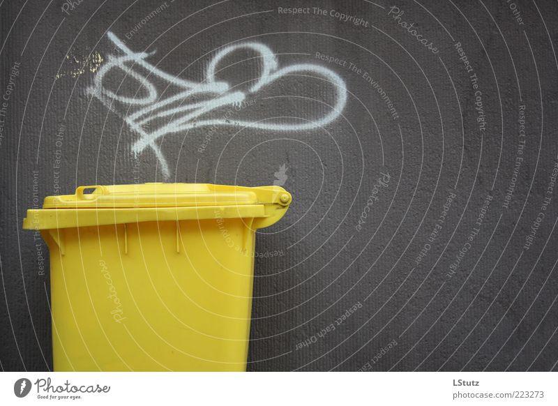 aesthetik des müll(s)behälters gelb Umwelt Graffiti Wand grau Beton einfach Kunststoff eckig Müllbehälter Schmiererei Kritzelei Recycling Müllverwertung