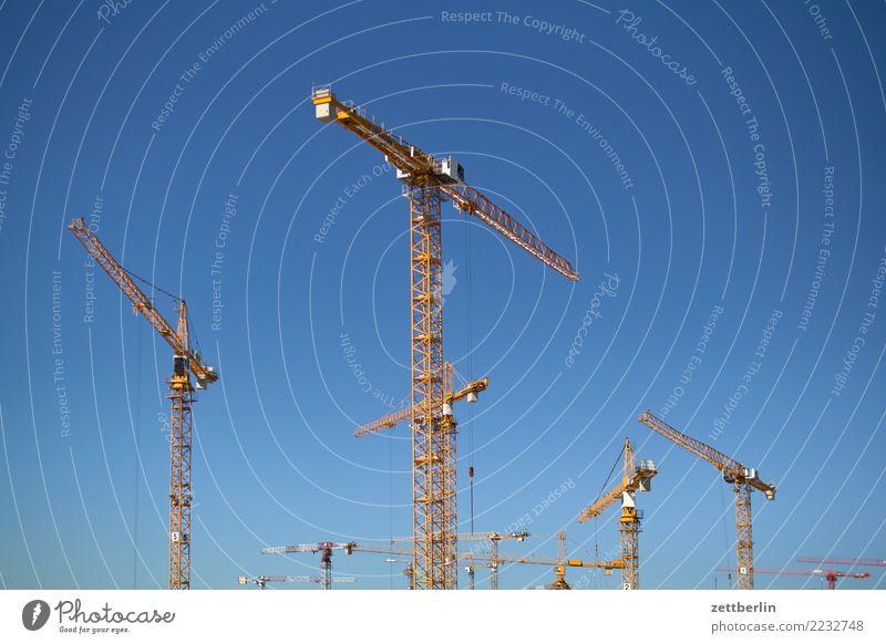 Kräne Baustelle großbaustelle Himmel Himmel (Jenseits) Blauer Himmel himmelblau Kran Sommer Wolkenloser Himmel Entwicklung trendy wohnungsbau Neubau