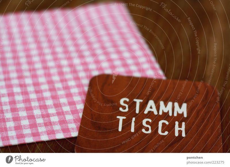 Bierdeckel mit Aufdruck Stammtisch auf karierter Serviette und Holztisch Tisch Dorf Schriftzeichen ästhetisch außergewöhnlich einzigartig Kitsch braun rosa