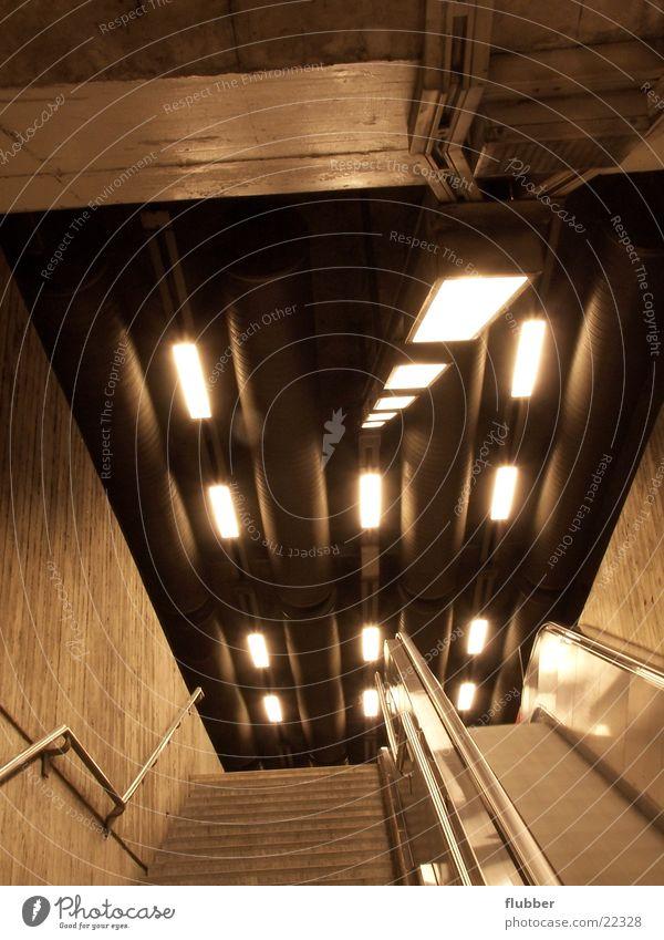 neon beton Architektur Beton Perspektive Treppe U-Bahn Untergrund Verkehrsmittel Rolltreppe unterirdisch Leuchtstoffröhre