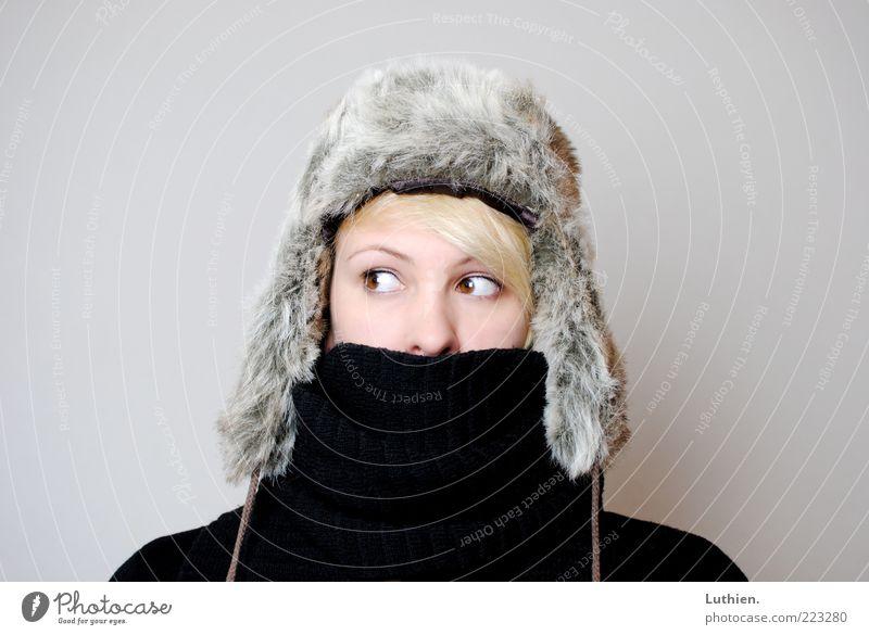 brrr.... Mensch Junge Frau Jugendliche Erwachsene Kopf 1 Schal Mütze beobachten frieren blond kalt kuschlig grau schwarz Fellmütze Winter Farbfoto Innenaufnahme