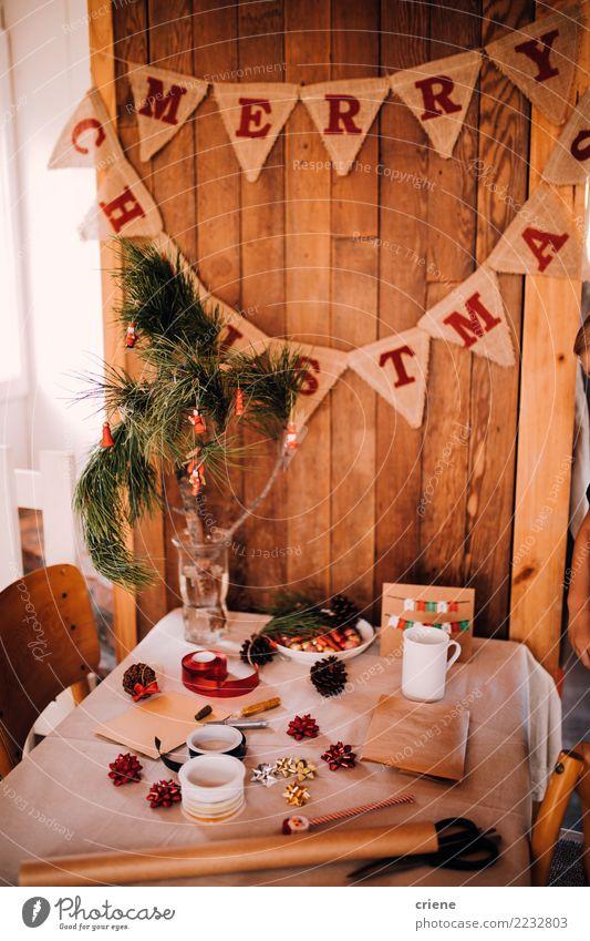 Tabelle mit Weihnachtsgeschenkverpackung und -dekoration Lifestyle Winter Dekoration & Verzierung Tisch Handwerk Hütte Schnur Kreativität Weihnachten heimwärts