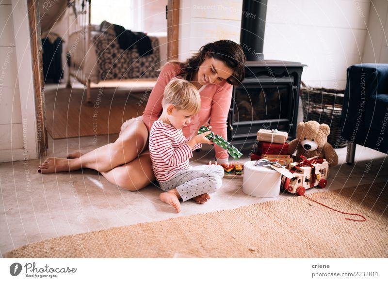 Mutter- und Kleinkindsohnöffnungs-Weihnachtsgeschenke Kind Weihnachten & Advent Haus Freude Winter Erwachsene Wärme Lifestyle Liebe Junge klein Glück