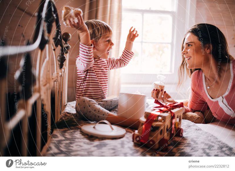 Nettes Kleinkind, das Geschenke und Spielwaren für Weihnachten erhält Freude Glück Freizeit & Hobby Winter Haus Schlafzimmer Weihnachten & Advent