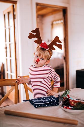 Tragende Pyjamas und Renweihnachtskostüm des Kleinkindjungen Lifestyle Freude Glück Haus Wohnzimmer Weihnachten & Advent Kind Mensch Junge Kindheit 1 3-8 Jahre
