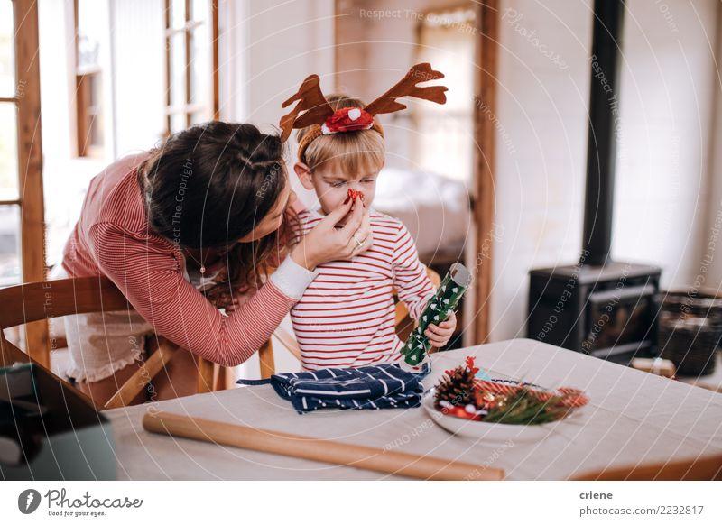 Mutter und Sohn, die an Weihnachtskostüm setzen Freude Glück Winter Haus Wohnzimmer Weihnachten & Advent Kleinkind Eltern Erwachsene Familie & Verwandtschaft