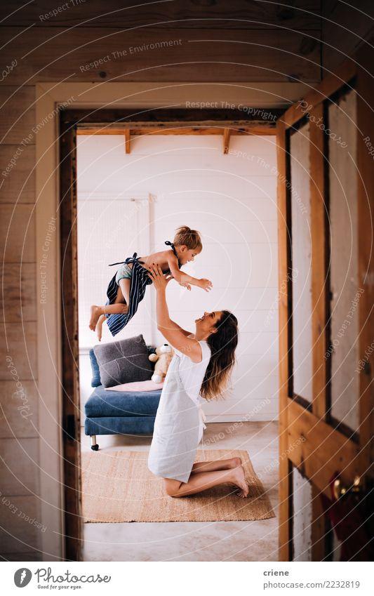 Junge Mutter, die Spaß mit Kleinkindsohn zu Hause hat Frau Mensch Jugendliche Freude Erwachsene Lifestyle Liebe Familie & Verwandtschaft Glück Spielen