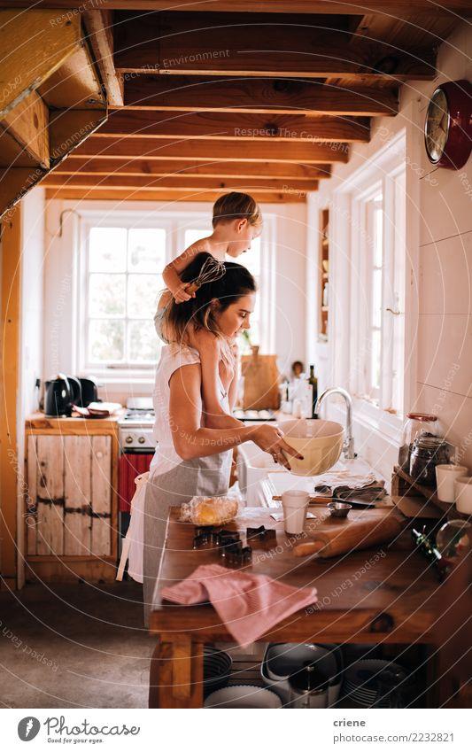 Mutter- und Kleinkindsohn, der zusammen in der Küche backt Schalen & Schüsseln Lifestyle Freude Glück Freizeit & Hobby Haus Kindererziehung Mensch Junge