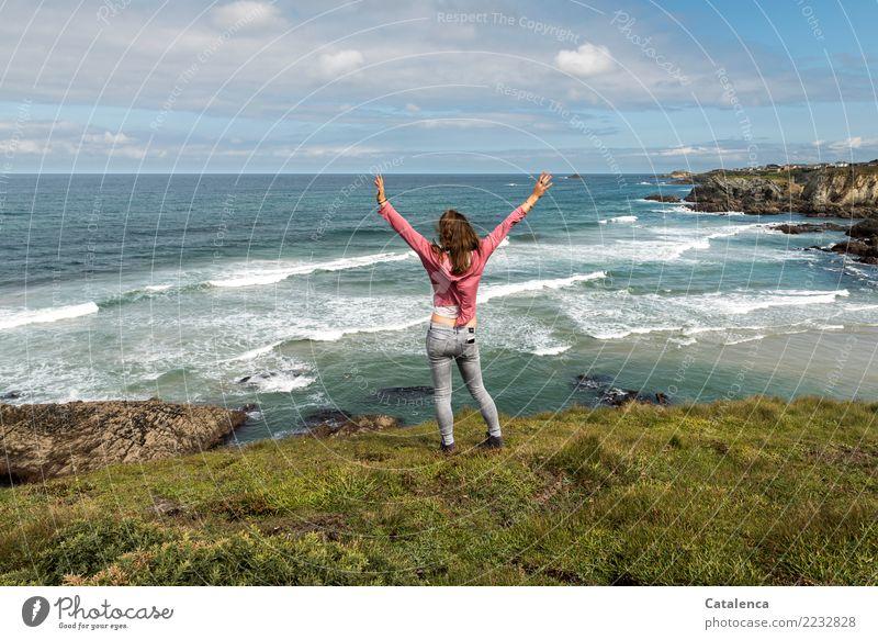 Freizeitspaß | Spaziergänge am Strand Ferne Sommerurlaub wandern feminin 1 Mensch Landschaft Sand Wasser Himmel Schönes Wetter Gras Sträucher Wellen Küste Bucht