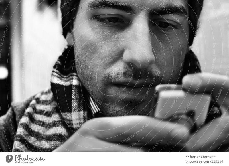 textin' maskulin Junger Mann Jugendliche Erwachsene Gesicht 1 Mensch 18-30 Jahre Schal Mütze Dreitagebart trendy SMS schreiben modern Telekommunikation