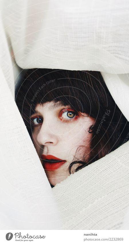 Junge Frau in weißen Vorhängen versteckt Mensch Jugendliche schön rot 18-30 Jahre schwarz Gesicht Auge Erwachsene feminin Stil Haare & Frisuren Stimmung elegant