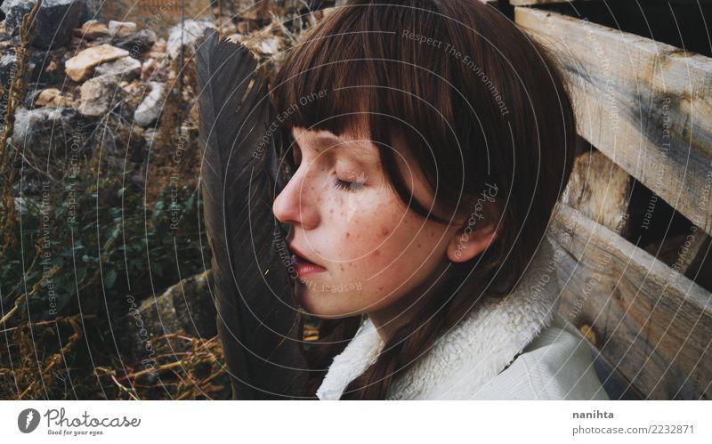 Portrait einer jungen Frau mit einer enormen Feder exotisch schön Haare & Frisuren Haut Gesicht Sommersprossen ruhig Meditation Mensch feminin Junge Frau