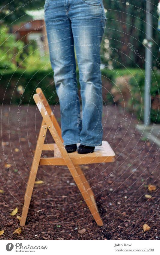 vom streben nach glück Frau Mensch Holz Garten Erwachsene Beine Fuß Zufriedenheit groß stehen Sträucher Stuhl Jeanshose Neugier Hose Lebensfreude