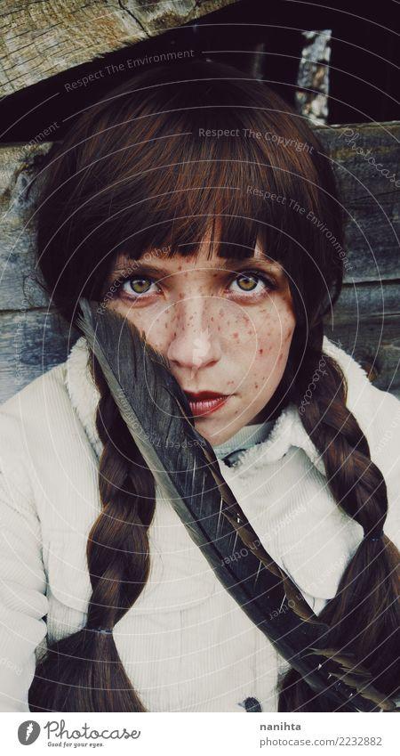 Junge und sommersprossige Frau, die eine sehr große Feder hält schön Haare & Frisuren Haut Gesicht Sommersprossen Mensch feminin Junge Frau Jugendliche 1