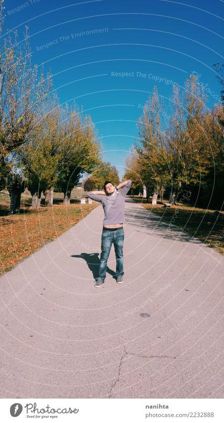 Junger Mann, der einen sonnigen Tag enyoing ist Lifestyle Stil Freude Ferien & Urlaub & Reisen Ferne Freiheit Sonne Mensch maskulin Jugendliche 1 18-30 Jahre