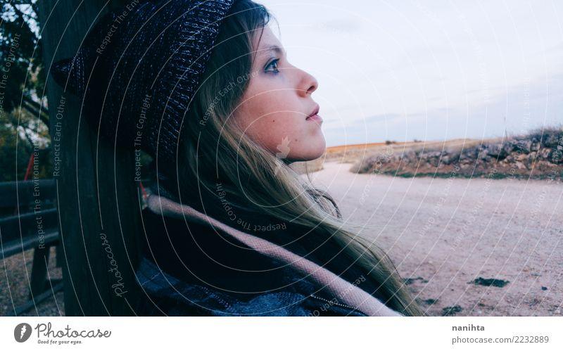 Profil einer jungen Frau, die weg schaut Lifestyle Stil Mensch feminin Junge Frau Jugendliche 1 18-30 Jahre Erwachsene Landschaft Himmel Park Feld Jacke Hut