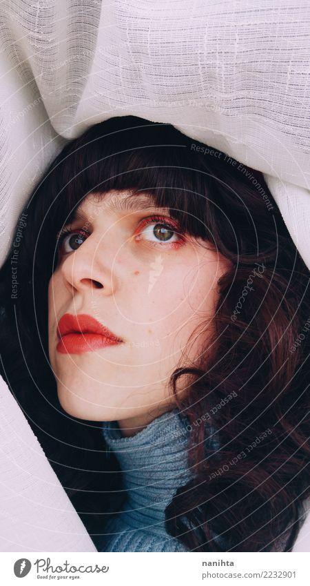 Junge Brunettefrau worriend und oben schauen schön Haut Gesicht Lippenstift Mensch feminin Junge Frau Jugendliche 1 18-30 Jahre Erwachsene Pullover Stoff