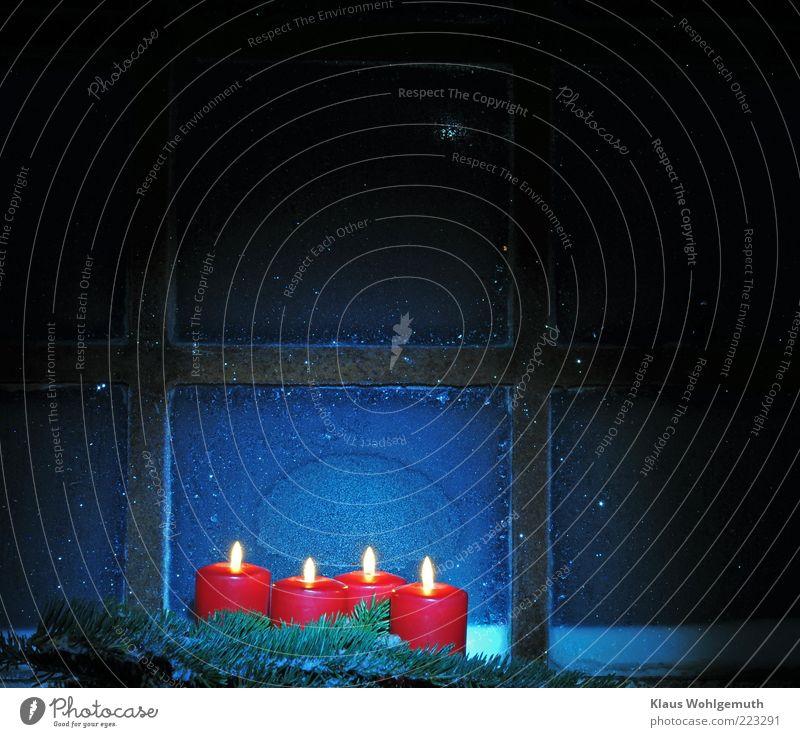Nostalgie harmonisch Erholung ruhig Winter Schnee Nachthimmel Stern Eis Frost Wärme Fenster Glas Metall blau gelb gold rot silber weiß Hoffnung Kerzenschein