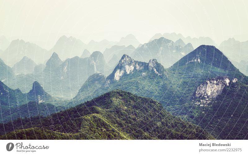 Karstanordnungen gestalten um Guilin an einem nebeligen Tag landschaftlich. Ferien & Urlaub & Reisen Tourismus Ausflug Abenteuer Freiheit Camping