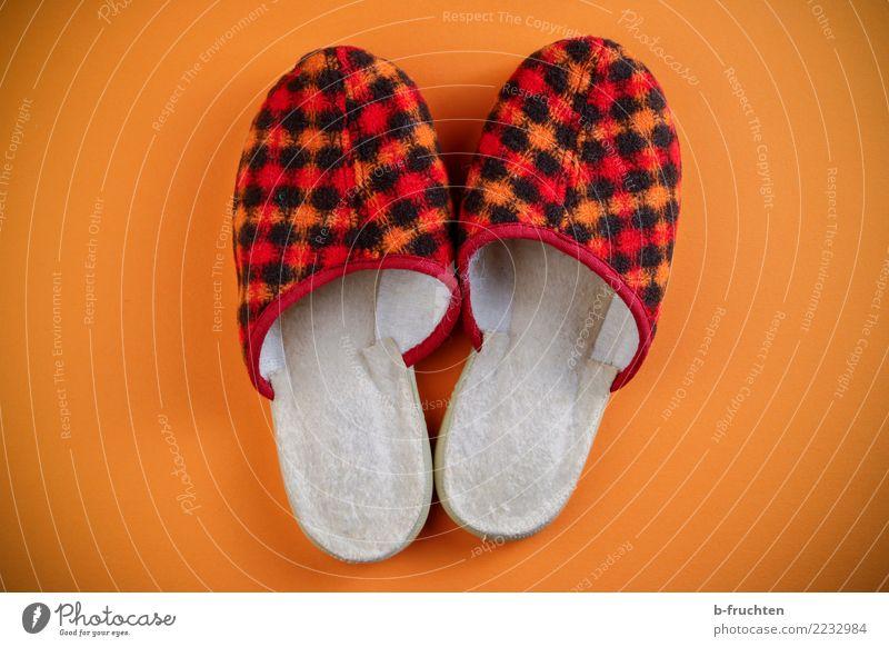Anziehend Schuhe Hausschuhe alt retro orange rot paarweise Häusliches Leben penibel Farbfoto Nahaufnahme Menschenleer Blick nach unten