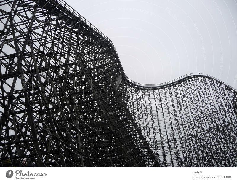 Rollercoaster schwarz Erholung Gefühle Architektur Bewegung Angst elegant fliegen hoch groß Geschwindigkeit ästhetisch außergewöhnlich verrückt Schwarzweißfoto fahren