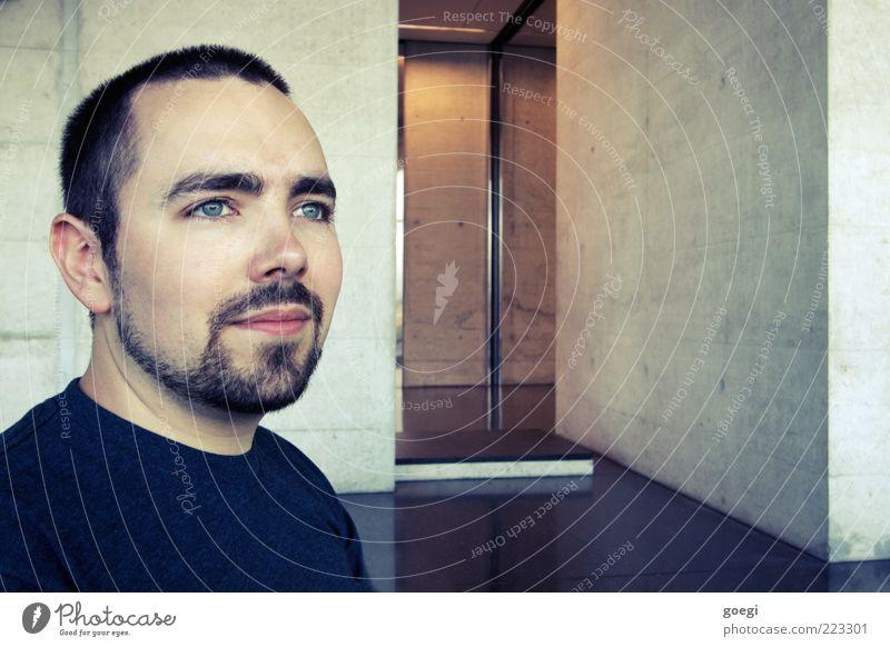 vorausschauend Mensch Mann Jugendliche blau schwarz Wand grau Mauer Stein Metall braun Erwachsene Zufriedenheit warten Fassade Beton