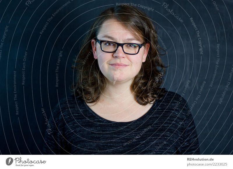 Portrait einer Frau Bildung Beruf Business Mittelstand Erfolg Mensch feminin Junge Frau Jugendliche Erwachsene Gesicht 1 30-45 Jahre Brille brünett langhaarig