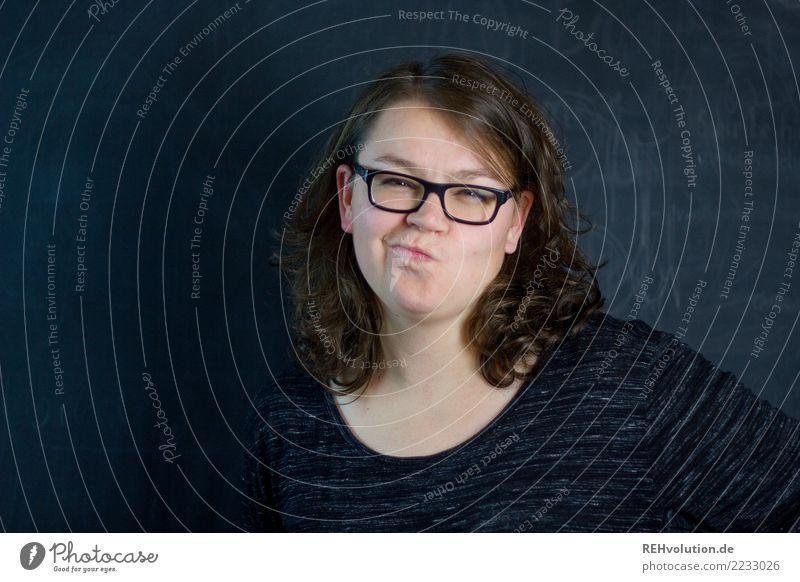 skeptisch Frau Mensch Jugendliche Junge Frau 18-30 Jahre schwarz Gesicht Erwachsene natürlich feminin Stil authentisch einzigartig Brille Pullover Grimasse