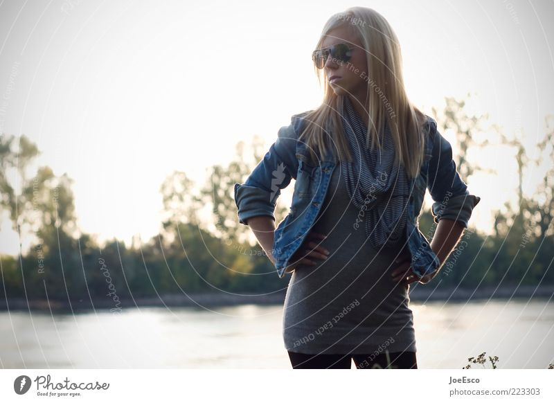 #223303 Lifestyle Junge Frau Jugendliche Erwachsene Leben Natur Baum Fluss Mode Jacke Sonnenbrille Schal blond langhaarig beobachten Blick Coolness trendy schön