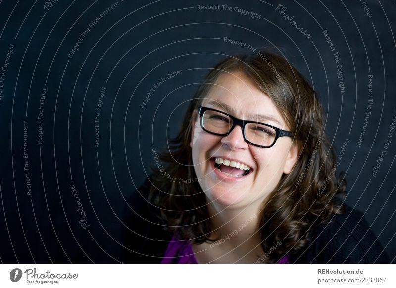 ich lach mich schlapp Mensch feminin Frau Erwachsene Haare & Frisuren Gesicht 1 30-45 Jahre Brille brünett Locken lachen authentisch Fröhlichkeit Glück schwarz