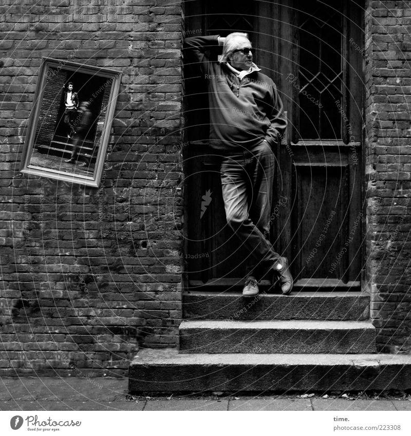 One Moment For John Mann Haus Wand Mauer Erwachsene Traurigkeit Gebäude Tür Fassade Treppe maskulin Bekleidung stehen Bild nachdenklich Bauwerk