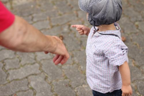 Oma und Enkel Kind Mensch Erwachsene Senior Kindheit Arme laufen Ewigkeit Kindheitserinnerung Hilfsbereitschaft entdecken zeigen Großmutter Mütze Kleinkind