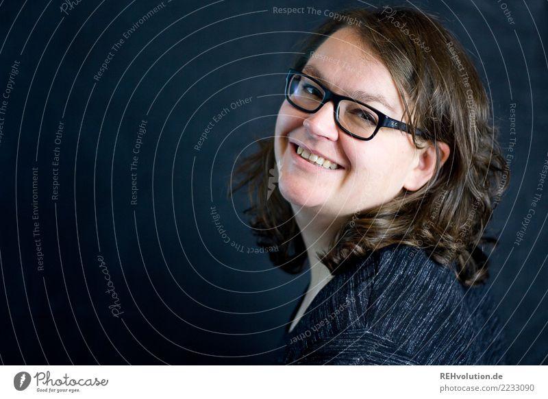 schwarzwandportrait Mensch feminin Frau Erwachsene Haare & Frisuren Gesicht 1 30-45 Jahre Brille brünett langhaarig Locken Lächeln authentisch Freundlichkeit