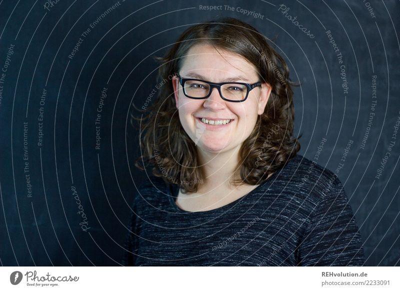 schwarzwandportrait Business Karriere Erfolg feminin Junge Frau Jugendliche Erwachsene Haare & Frisuren Gesicht 1 Mensch 30-45 Jahre Brille brünett langhaarig