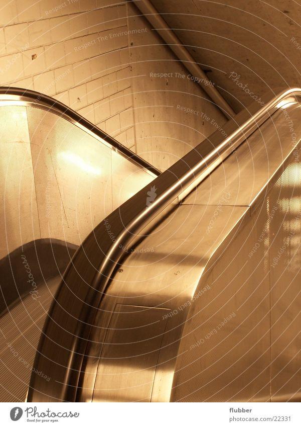 runter gehts Architektur Metall leer Treppengeländer aufwärts abwärts U-Bahn Chrom unterirdisch Untergrund Rolltreppe Poliert