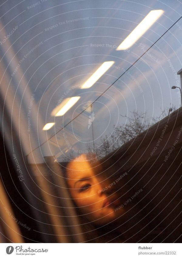 der zug ist klug Eisenbahn fahren Licht Leuchtstoffröhre Reflexion & Spiegelung Fenster Verkehr Gesicht Glas