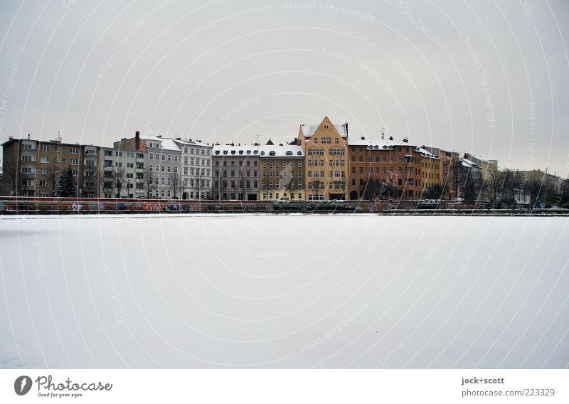 Häuserzeile Mitte Umwelt Himmel Winter schlechtes Wetter Eis Frost Schnee See Kreuzberg Fassade einfach kalt trist Klassizismus Gedeckte Farben