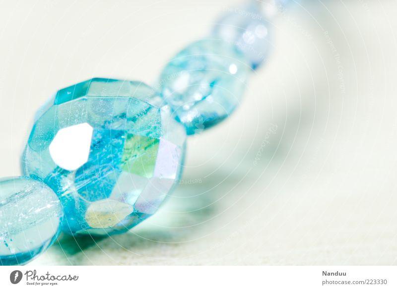 Mädchenfoto in Jungsfarben schön Glas glänzend ästhetisch Schmuck Reichtum türkis Tiefenschärfe Kette Perle Makroaufnahme hell-blau brilliant geschliffen