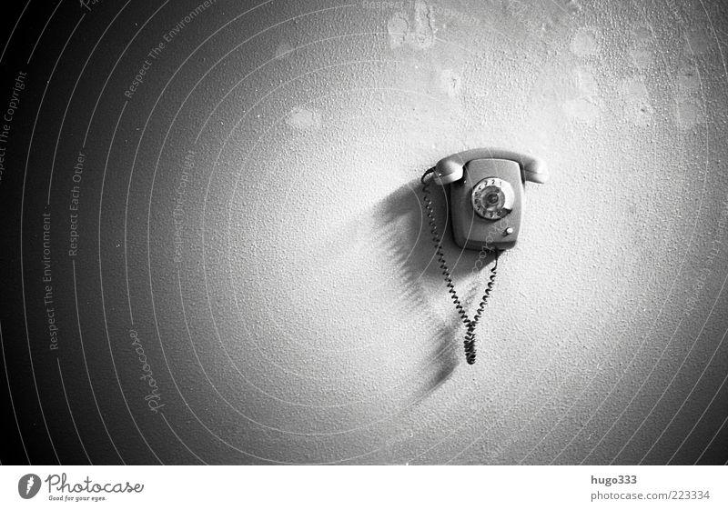 The call Telefon Kabel Mauer Wand schwarz weiß Wählscheibe wählen Ziffern & Zahlen Kunststoff Telefonhörer Anschluss Apparatur Kontakt Kommunikationsmittel